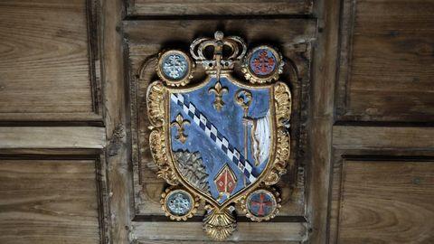 Detalle del escudo en el interior de la iglesia