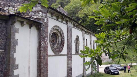 Datelle de la fachada de un lateral con el rosetón de la iglesia de Penamaior, de 1177