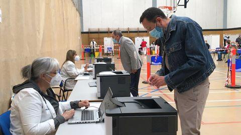 Punto de vacunación contra la covid-19 habilitado en el Pabellón de Deportes Perchera-La Braña de Gijón