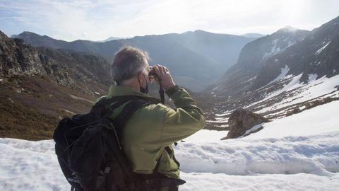Un vigilante de Medio Ambiente hace labores de observación en el corazón de la reserva de Os Ancares