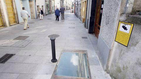Ventana arqueológica de la Rúa Nova que tiene daños en su interior