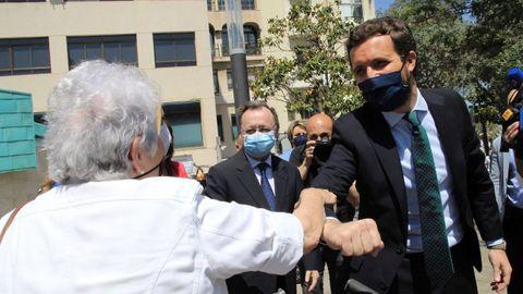 El presidente del PP, Pablo Casado, saluda a una señora durante su visita a Ceuta este jueves