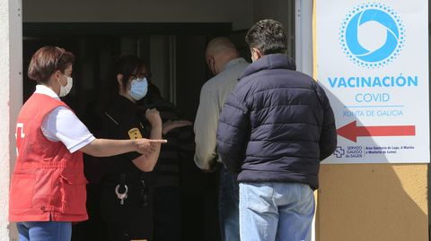 Entrada al centro de vacunación del distrito sanitario de Monforte, habilitado en un edificio anexo al IES Río Cabe
