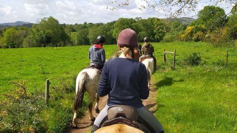 Las rutas a caballo por la finca y los alrededores son una de las propuestas de la granja