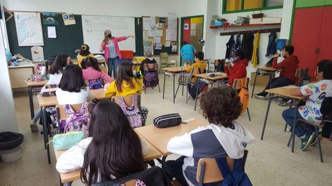 Uno de los talleres educativos desarrollados estos días en los colegios de Caldas de Reis