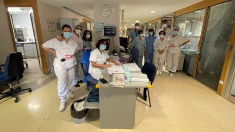 El personal sanitario de la uci covid-19 del hospital de Ourense, este viernes