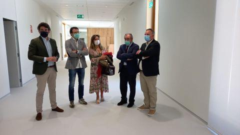 El delegado territorial de la Xunta, Javier Arias (primero por la izquierda) visitó el nuevo ambulatorio con el alcalde Juan Carlos Armesto (a la derecha)