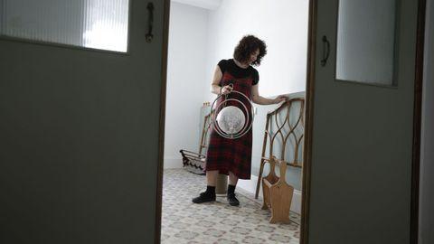 Lidia González recupera en A Coruña muebles que recoge en la calle