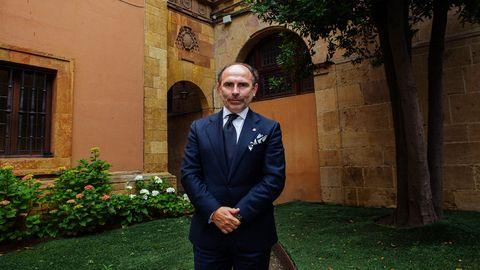 El rector de la Universidad de Oviedo, Ignacio Villaverde, en el jardín del edificio histórico