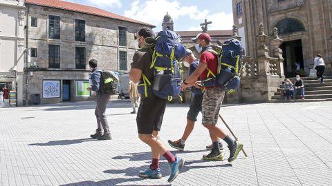 Peregrinos que hacen el Camino Portugués, atravesando la ciudad de Pontevedra