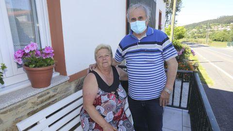 Teresa García Castiñeira, de la parroquia de O Esto (Cabana), la única superviviente de aquel fatídico accidente. Era la prima de los cuatro hermanos fallecidos. A su lado, Eduardo Vidal, que también recuerda lo sucedido
