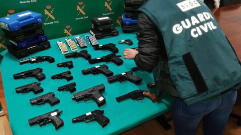 Fotografía de archivo de un decomiso de armas efectuado por la Guardia Civil en Vigo