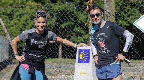 Susana Martínez y Juanma Mata, padres de dos jóvenes con distrofia muscular de Duchenne, en un alto del Camino, en San Lázaro.