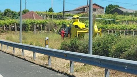 Momento en el que el helicóptero medicalizado aterrizaba para prestar asistencia al varón