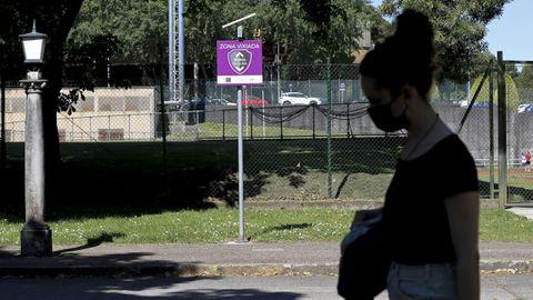 Una mujer pasa por una de las sendas vigiladas creadas por la Universidade de Santiago (USC) para evitar ataques sexuales en el campus