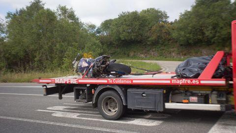 Un camión retiró la moto que conducía el fallecido, que se salió de la carretera
