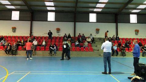La asamblea vecinal, a la que asistió el alcalde, se celebró en el pabellón de Carballedo