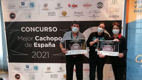 Moncho Rubiños, Tamara Rubiños y Felisa Varela, con el título que los acredita como ganadores del certamen organizado por La Guía del Cachopo