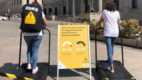 Los jóvenes vulnerables llevan una mochila que les dificulta salir adelante. Así lo contaron la pasada semana en el Congreso de los Diputados. En la imagen, puesta en escena del colectivo antes de dar a conocer el informe entre los políticos