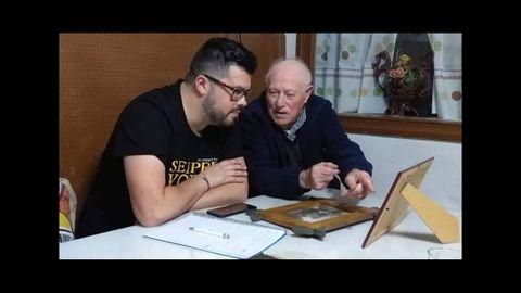 Foto de archivo de Xacobo Ares con Francisco López, gaiteiro y músico disciplinar de Saa, Lugo.