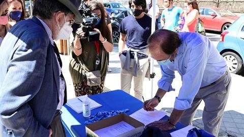 El presidente del PP, Pío García Escudero, firma en una de las doscientas mesas colocadas el domingo en las principales ciudades españolas contra la concesión de indultos a los presos secesionistas