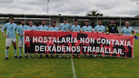 Los jugadores celestes mostraron una pancarta de apoyo a la hostelería