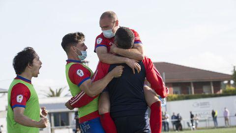 Plantilla y cuerpo técnico de la UD Ourense celebraron la victoria al finalizar el encuentro