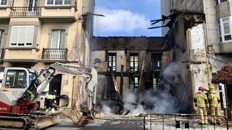 Las empresas de gas y electricidad trabajan para restablecer el servicio después del incendio de una vivienda en pleno centro de Vilalba