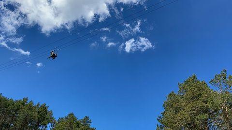 Así se prepara Manzaneda para su reapertura total.La tirolina, de 250 metros de descenso a 45 kilómetros por hora y a una altura de diez metros del suelo