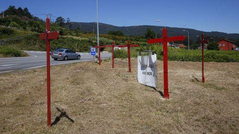 Cruces instaladas de los vecinos de Campañó en el punto donde arrancaría la variante