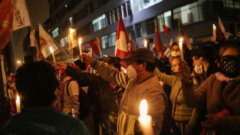 Simpatizantes de Pedro Castillo esperan a la confirmación de los resultados electorales en Perú