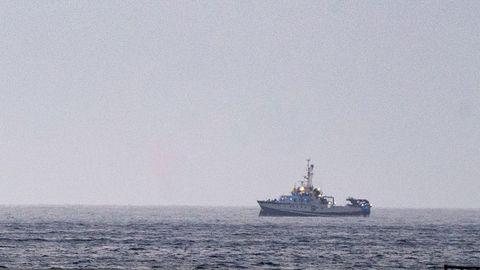 El buque gallego Ángeles Alvariño fotografiado este lunes frente a la bahía del puerto de Santa Cruz de Tenerife, donde continúa la búsqueda de las niñas Anna y Olivia.