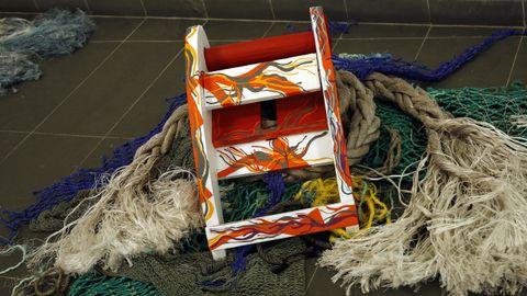 Exposición de arte feita con lixo mariño no liceo de Noia
