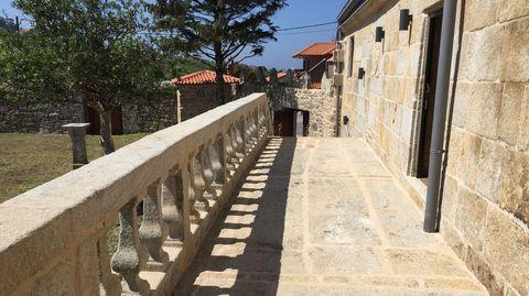 Balconada de piedra del pazo