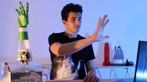 El representante santiagués de VermisLab Sergio Dacal se llevó el segundo premio del público en la Maker Faire Galicia por su mano robótica controlada por inteligencia artificial y sensores musculares. La aspiración es ayudar con ella a personas con ciertas discapacidades.