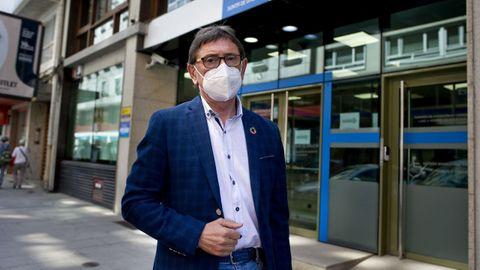 Antonio Vázquez, senador socialista por A Coruña, esta mañana ante la sede de la Delegación de Sanidade en A Coruña, en la calle Durán Loriga