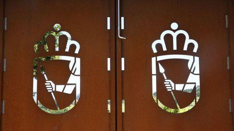 Decoración de las puertas con el escudo del Concello de Sanxenxo
