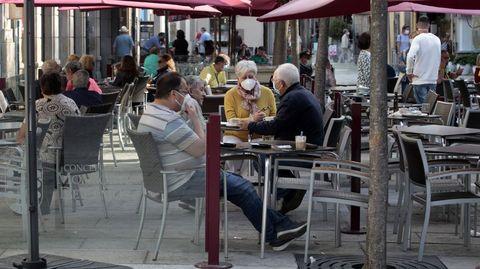 Terrazas delimitadas con mamaparas en la zona peatonal de Monforte