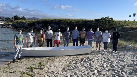 Parte del grupo que participó en la construcción de la chalana, en el portiño do Morás, donde botaron la embarcación para comprobar su flotabilidad