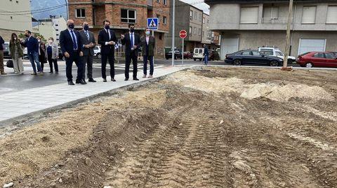 El alcalde, Álvaro Fernández, visitando los terrenos donde irá el centro de salud con el conselleiro de Sanidade, Julio García, y el presidente de la Diputación, José Manuel Baltar