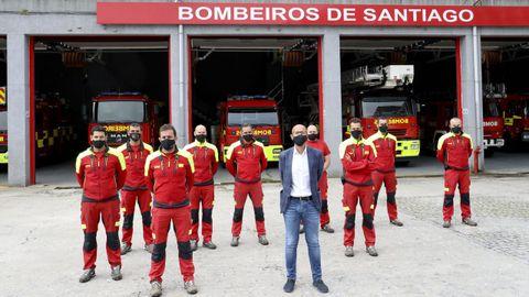 El concejal de Seguridade Cidadá, Gonzalo Muíños, junto al jefe de Bomberos, Manuel Sanmartín, y a miembros del parque