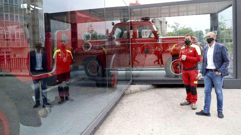 El concejal de Seguridade Cidadá, Gonzalo Muíños, y el jefe de los Bomberos de Santiago, Manuel Sanmartín, observan los dos vehículos históricos ahora expuestos