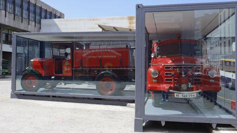 Los dos vehículos históricos del parque de Bomberos de Santiago, el De Dion Bouton de 1912 y el Babcok de 1957