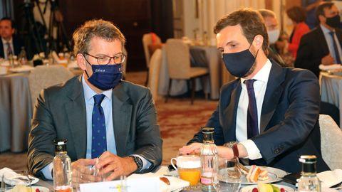 El presidente de la Xunta, Alberto Núñez Feijoo, y el líder del PP, Pablo Casado, este martes en un desayuno informativo en Madrid
