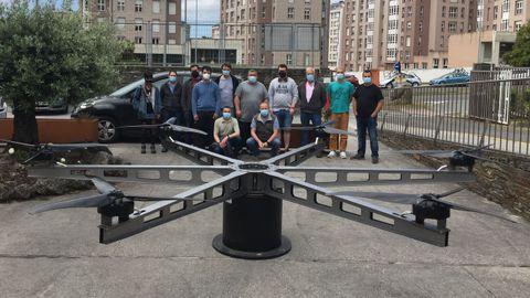Los alumnos y profesores del ciclo de Eficiencia Enerxética junto al prototipo del dron apoyado en una base