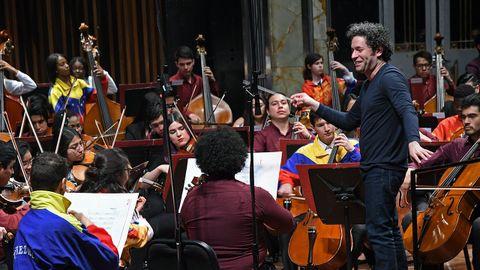 El director de orquesta venezolano Gustavo Dudamel, al frente de su Orquesta del Encuentro, que vendrá  a Oviedo el próximo 25 de junio