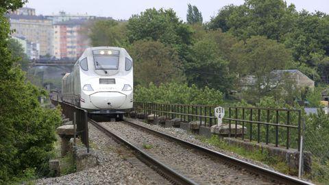 Tren Alvia que sale de Lugo por el viaducto de A Chanca con destino a Madrid