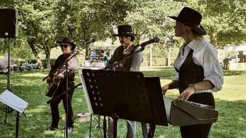 La Festa da Natureza, impulsada por el Concello de Ames, terminó con un concierto de Colt-45, grupo del que forma parte una vecina del municipio, Anne Tooming. Además, unas 30 personas estrenaron la ruta Val dos Pasos entre Tapia y Bertamiráns.