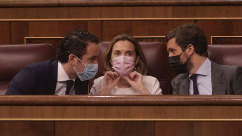 El líder del PP, Pablo Casado, y el secretario general delprtido, Teodoro García Egea, conversan este miércoles en el Congreso en presencia de la portavoz popular, Cuca Gamarra