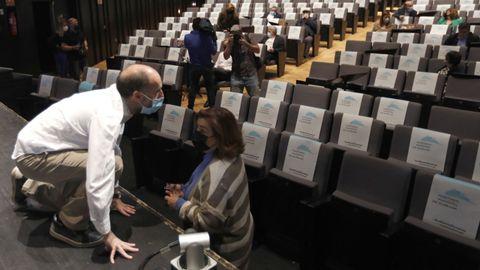 Gonzalo Pérez Jácome, hablando con la portavoz del PP, Flora Moure